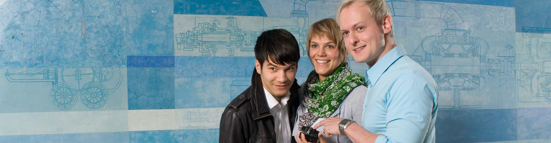 Imagefoto für die Hochschule München, 3 Studenten im Fojer